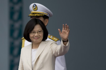 南海裁決結果公佈後,中華民國總統蔡英文將前往左營軍區視察艦隊指揮部,表明捍衛領土的決心。圖為蔡英文5月20日在就職典禮上向支持者揮手。(Ashley Pon/Getty Images)