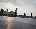 今年,中共官場人事變動頻密,在7月4日過去一周,就有20名中共副部級以上官員職位出現變動,涉及10個省區市5個部委。 圖為,2016年6月4日,北京天安門。 (FRED DUFOUR/AFP/Getty Images)