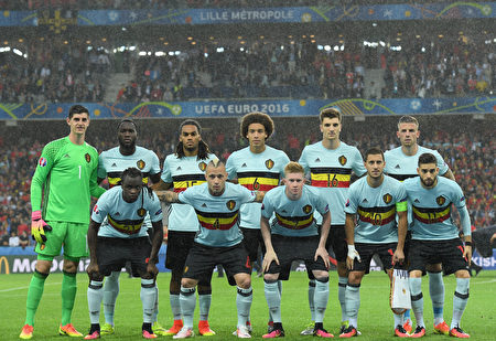 LILLE, FRANCE - JULY 01: Belgium players line up for the team photos prior to the UEFA EURO 2016 quarter final match between Wales and Belgium at Stade Pierre-Mauroy on July 1, 2016 in Lille, France. (Photo by Matthias Hangst/Getty Images)