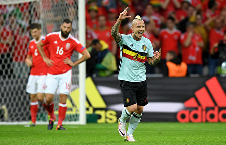 LILLE, FRANCE - JULY 01: Radja Nainggolan of Belgium celebrates scoring his team's first goal during the UEFA EURO 2016 quarter final match between Wales and Belgium at Stade Pierre-Mauroy on July 1, 2016 in Lille, France. (Photo by Matthias Hangst/Getty Images)