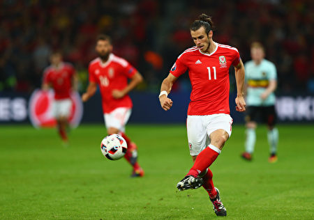 LILLE, FRANCE - JULY 01: Gareth Bale of Wales in action during the UEFA EURO 2016 quarter final match between Wales and Belgium at Stade Pierre-Mauroy on July 1, 2016 in Lille, France. (Photo by Clive Rose/Getty Images)