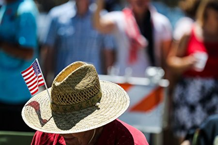 A man wears an American flag tucked into his hat while watching the 4th of July Parade in Alameda, California on Monday, July 4, 2016. / AFP / GABRIELLE LURIE (Photo credit should read GABRIELLE LURIE/AFP/Getty Images)