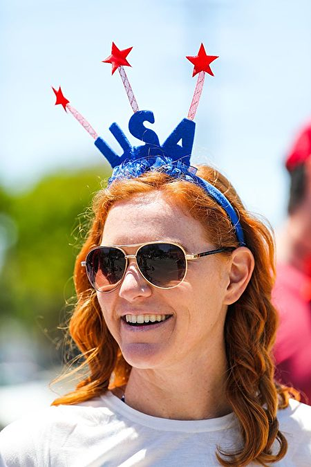 Maggie Amiano dons a USA headband while watching the 4th of July Parade, in Alameda, California on Monday, July 4, 2016. / AFP / GABRIELLE LURIE (Photo credit should read GABRIELLE LURIE/AFP/Getty Images)