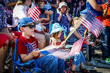 Children wave American flags ahead of the 4th of July Parade, in Alameda, California on Monday, July 4, 2016. / AFP / GABRIELLE LURIE (Photo credit should read GABRIELLE LURIE/AFP/Getty Images)