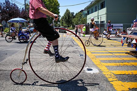 TOPSHOT - A man wears decorative socks while riding a vintage bicycle during the 4th of July Parade in Alameda, California on Monday, July 4, 2016. / AFP / GABRIELLE LURIE (Photo credit should read GABRIELLE LURIE/AFP/Getty Images)