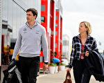 7月9日在F1方程式赛车英国段,奔驰厂商英国执行总监Toto Wolff及夫人著商务休闲装,出现在赛场。(Mark Thompson/Getty Images)