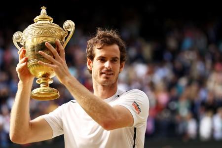 温布顿网球赛男单决赛今天登场,英国名将穆雷技高一筹,以6比4、7比6(7比3)和7比6(7比2)摆平加拿大90后后球员拉奥尼奇,2度在这项草地球场大满贯赛封王。(Julian Finney/Getty Images)