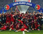 葡萄牙成为第十个捧起德劳内杯的国家 这也是葡萄牙队史上首座大赛奖杯。(Lars Baron/Getty Images)