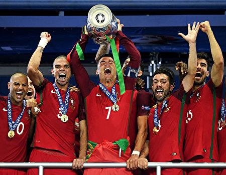 葡萄牙队在决赛中以1:0胜出法国队,夺得本届欧洲足球锦标赛的冠军。  (Matthias Hangst/Getty Images)