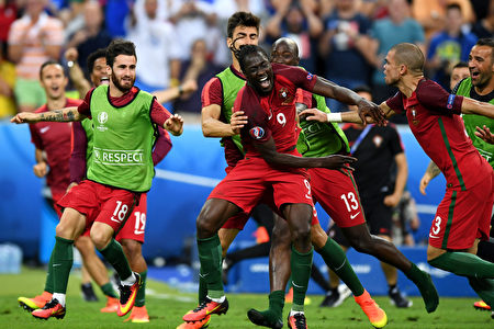 PARIS, FRANCE - JULY 10: Eder (C) of Portugal celebrates scoring the opening goal with his team mates during the UEFA EURO 2016 Final match between Portugal and France at Stade de France on July 10, 2016 in Paris, France. (Photo by Michael Regan/Getty Images)