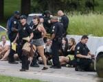美国路易斯安那州的巴顿鲁治市警察局长于2016年7月12日表示,警方逮捕3名偷枪企图袭警的黑人。本图为在巴顿鲁治市示威抗议的民众,于10日被警方逮捕。(Mark Wallheiser/Getty Images)
