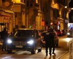 法国发生恐袭惨案,一辆达卡车冲撞碾压街上欢庆国庆的人群,长达1英里。造成至少有77人死亡,100多人受伤。(VALERY HACHE/AFP/Getty Images)