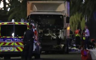 星期四(7月14日)法國國慶日,一輛大貨車在法國南部城市尼斯衝向人群,造成至少73人死亡。貨車司機已被擊斃。(VALERY HACHE/AFP/Getty Images)