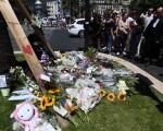 尼斯恐怖袭击后,人们在案发当地献花哀悼。(BORIS HORVAT/AFP/Getty Images)