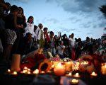 法国尼斯恐袭后,7月15日,民众聚集在屠杀现场为罹难者哀悼。(Carl Court/Getty Images)