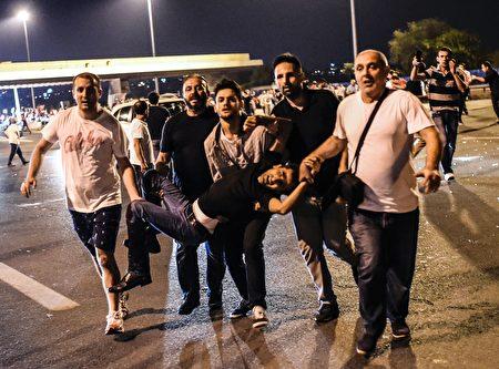 2016年7月16日凌晨,土耳其民众相应号召,走上街头游行,有人被军方枪击受伤。 (BULENT KILIC/AFP/Getty Images)