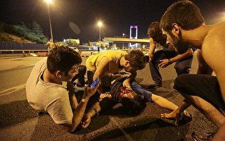 土耳其週五(7月15日)發生軍事政變,過程中爆發衝突。土耳其媒體引述檢方的話稱,首都安卡拉有數十人死亡,此外,伊斯坦布爾也有死傷。圖為伊斯坦布爾1名傷勢嚴重的人躺在地上。(Gokhan Tan/Getty Images)