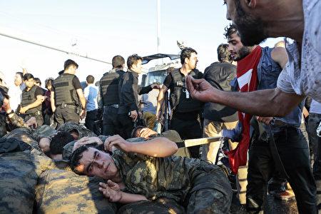 7月16日,土耳其人民对着政变失败的军人愤怒的斥责。(Gokhan Tan/Getty Images)