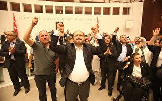 7月16日,土耳其議員在首都安卡拉議會中回應軍方政變。(Erhan Ortac/Getty Images)