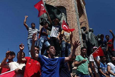 7月16日,土耳其人民走上街头,欢庆胜利。 (Burak Kara/Getty Images)