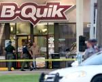 美国路易斯安那州巴顿鲁治市于2016年7月17日,发生近日的第二起黑人退伍军人枪杀警察案,其中一名被枪击致死的黑人警察杰克逊,生前曾在脸书写下对目前的警民关系感到身心俱疲。本图为枪手枪杀3警致死的现场。(Sean Gardner/Getty Images)