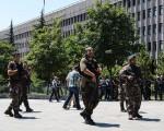 土耳其军人15日晚政变失败后,当局展开大清洗,且范围不断扩大。图为警察在安卡拉街头执行任务。(ILYAS AKENGIN/AFP/Getty Images)