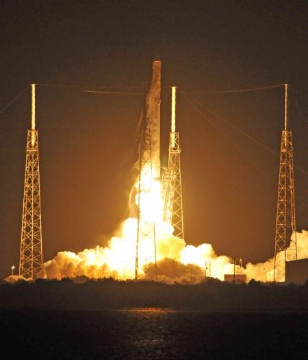 周一凌晨,马斯克旗下的太空探索科技公司SpaceX发射了满载国际空间站物资的猎鹰9号火箭,并第二次陆上回收火箭成功。(BRUCE WEAVER/AFP/Getty Images)