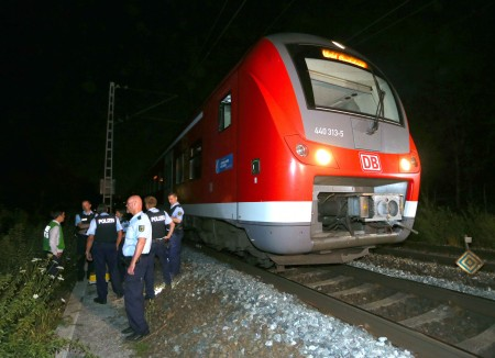 7月18日晚上當一輛列車駛到維爾茨堡附近附近的時候,一名17歲的阿富汗男子在火車上持斧頭和刀砍傷4名香港乘客,輕傷一人。 (KARL-JOSEF HILDENBRAND/AFP/Getty Images)