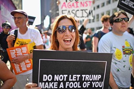 7月19日在共和党大会场外,反对川普竞选的人群。( Jeff J Mitchell/Getty Images)