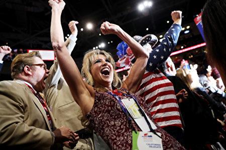 7月19日共和党大会现场,代表们对川普获得提名票数而欢呼。( John Moore/Getty Images)