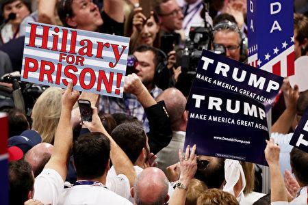 """7月19日共和党大会场内,代表手举标牌,上面写道——""""支持川普竞选""""或""""把希拉里送进监狱""""等。 (Alex Wong/Getty Images)"""