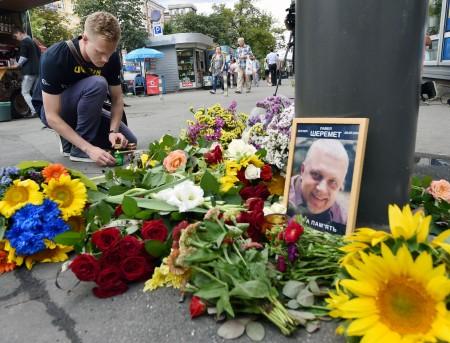 民眾紛紛紀念被暗殺的記者舍列梅特。他因為批評俄羅斯、白俄羅斯、烏克蘭的專制政權而聞名。    (SERGEI SUPINSKY/AFP/Getty Images)