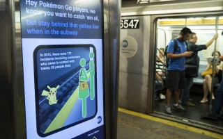 图为7月20日纽约地铁出示电子看板警告Pokemon Go玩家注意搭地铁安全。(Drew Angerer/Getty Images)