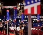 7月20日,共和党全代会会场内,媒体工作者在做报导方面的准备。(Somodevilla/Getty Images)