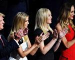 7月20日,川普与两个女儿以及儿媳在共和党全代会上。(Jeff J Mitchell/Getty Images)