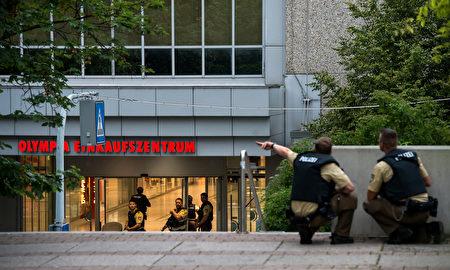 购物中心外的警察。 ( Joerg Koch/Getty Images)