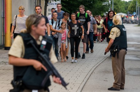 當地時間週五晚,德國慕尼黑一家商場發生槍擊事件,造成包括槍手在內的10人死亡,21人受傷。(Joerg Koch/Getty Images)