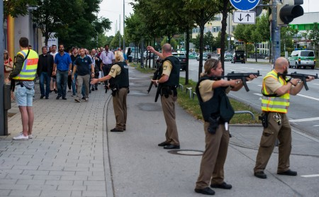 警方保护着人们撤出购物中心。 (Joerg Koch/Getty Images)