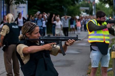 7月22日,德國慕尼黑驚傳槍擊,已知有多人中槍身亡。圖為警方持槍護送民眾撤離。(Joerg Koch/Getty Images)