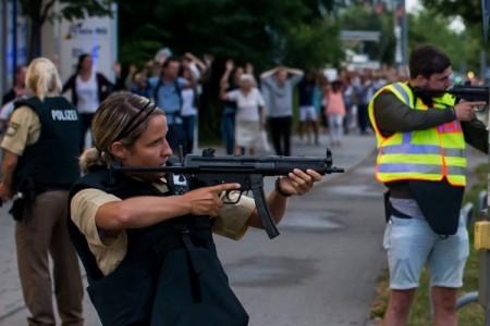 7月22日,德国慕尼黑惊传枪击,已知有多人中枪身亡。图为警方持枪护送民众撤离。(Joerg Koch/Getty Images)