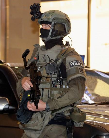 慕尼黑街头荷枪实弹的警卫。(Johannes Simon/Getty Images)