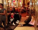7月22日傍晚,德國慕尼黑奧林匹亞購物中心發生槍擊案,多人死傷。圖為槍擊發生後,慕尼黑中央火車站關閉,受困的遊客在火車站前等候。(Johannes Simon/Getty Images)