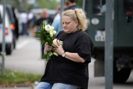 7月23日,慕尼黑的居民给死难者献花。( Joerg Koch/Getty Images)