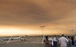 7月23日洛杉矶国际机场上空的烟尘。(VALERIE MACON/AFP/Getty Images)