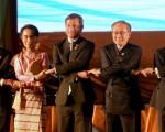 2016年7月24日,在老挝举行东盟外交部长会议。左起,马来西亚外长丹斯里·奥斯曼哈希姆,缅甸外长昂山素季,新加坡外交部长维文,泰国外交部长唐巴穆威奈和越南外长范平明 (HOANG DINH NAM/AFP/Getty Images)