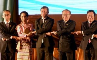 2016年7月24日,在老撾舉行東盟外交部長會議。左起,馬來西亞外長丹斯里·奥斯曼哈希姆,缅甸外长昂山素季,新加坡外交部长维文,泰国外交部长唐巴穆威奈和越南外长范平明 (HOANG DINH NAM/AFP/Getty Images)