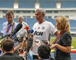 7月24日,2015年12月19日,现任英超曼联队教练穆里尼奥(中)在北京召开赛前新闻会。(Lintao Zhang/Getty Images)
