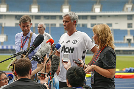 7月24日,2015年12月19日,現任英超曼聯隊教練穆里尼奧(中)在北京召開賽前新聞會。(Lintao Zhang/Getty Images)