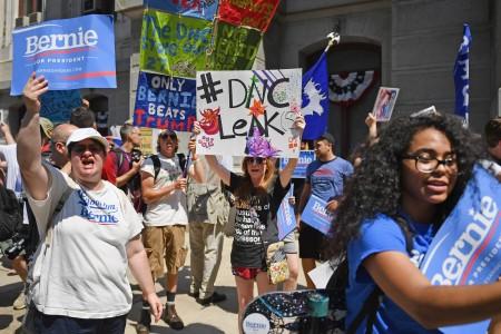 7月25日美国费城,桑德斯支持者街头示威。( Jeff J Mitchell/Getty Images)