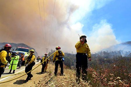 洛杉矶北部山火继续燃烧,据7月27日早晨消息,火灾已得到40%控制。(FREDERIC J. BROWN/AFP/Getty Images)